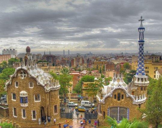 Знаменитые пряничные домики Антонио Гауди в парке Гуэль в Барселоне.